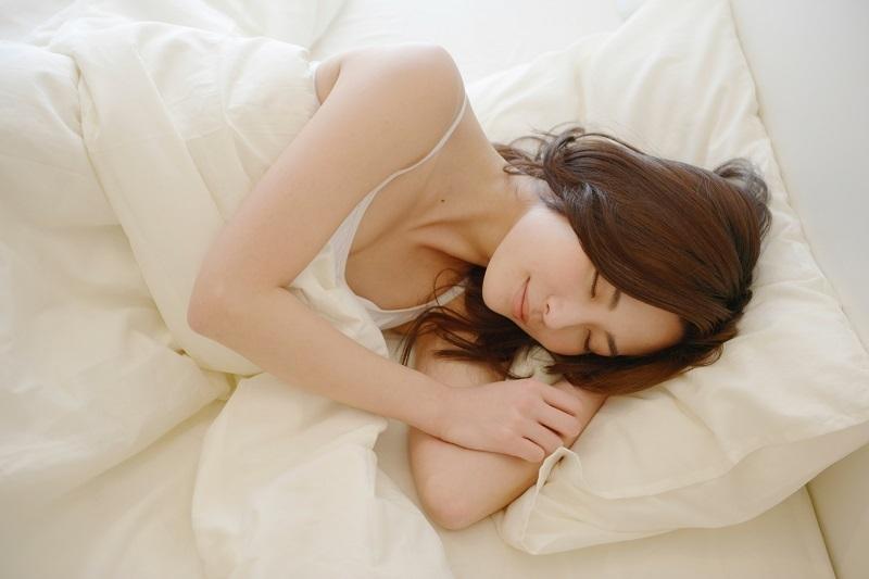 ぐっすり眠っている女性