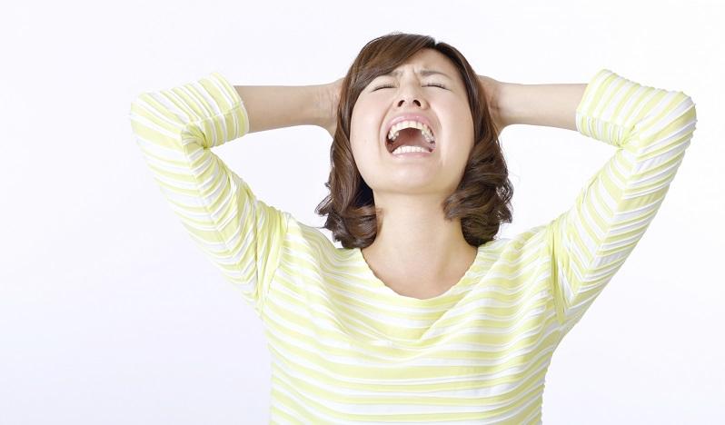 苦笑いしている女性