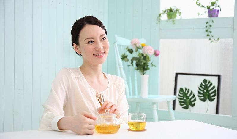 お茶をしている女性