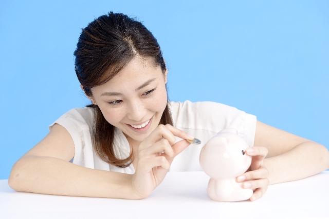 貯金をしている女性