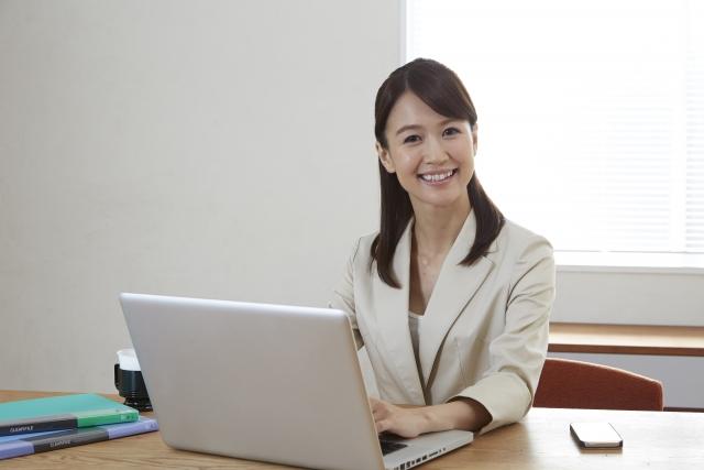 パソコンを使っている女性