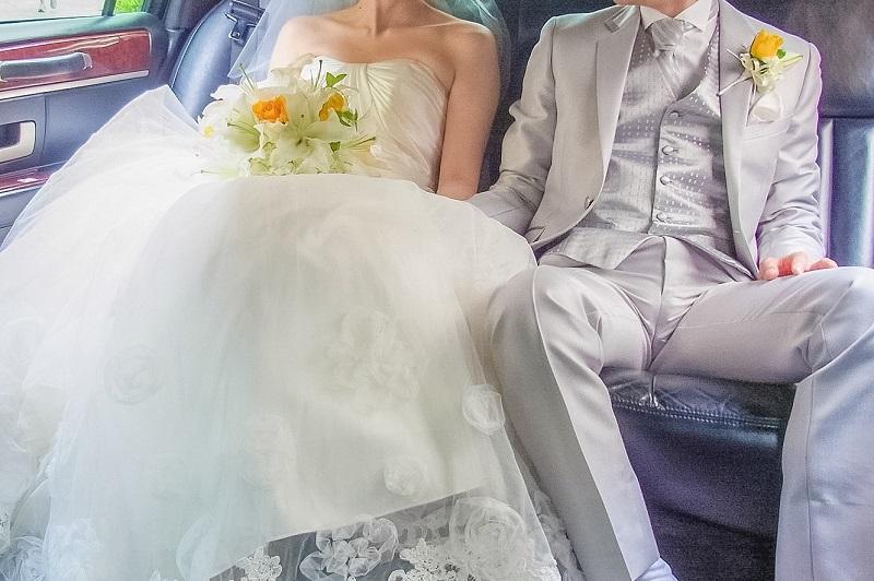 結婚式を挙げる2人