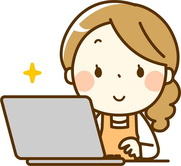 家でパソコンをする女性
